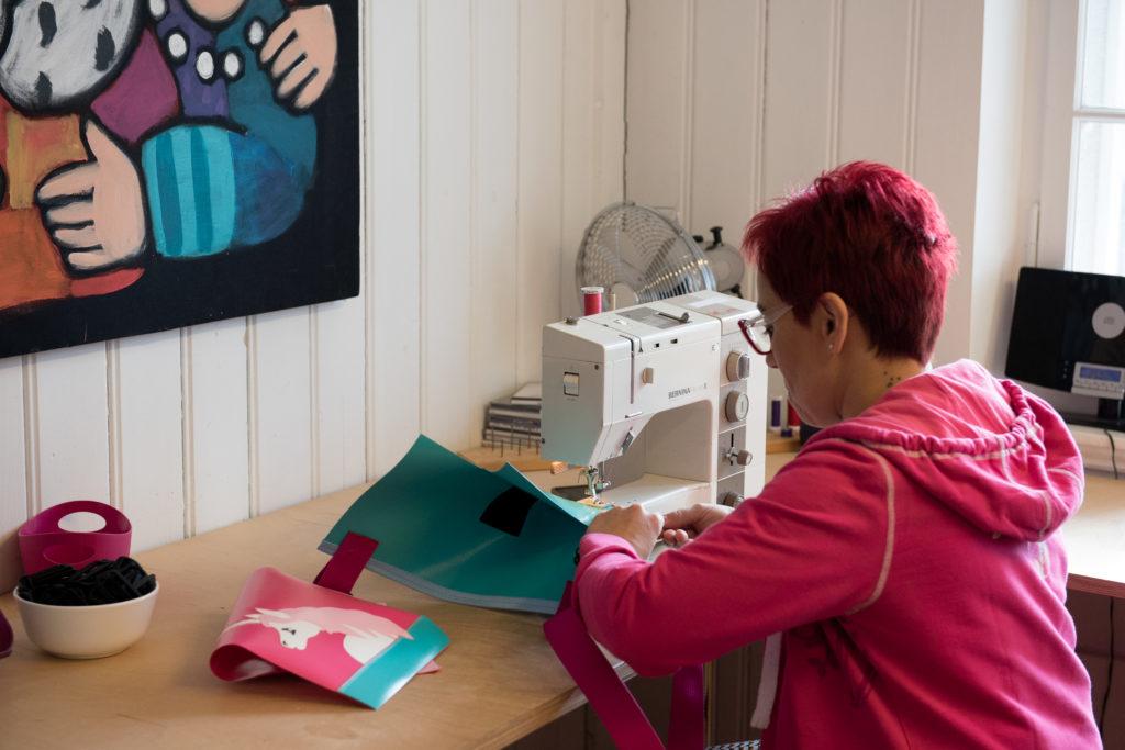 Näherin im cwirbelwind-Atelier näht Chindsgitäschli