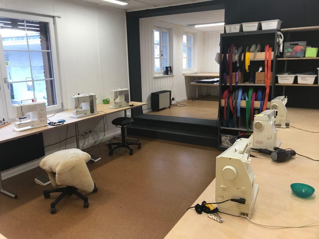 Still stehende Nähmaschinen im cwirbelwind-Atelier. Ein Bild, welches sich in Fast Fashion-Fabriken selten bietet.